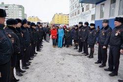 Юридические классы Дудинской школы № 3 вручили Георгиевские ленточки более 50 сотрудникам полиции
