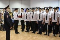 В преддверии Дня сотрудника ОВД десятиклассники юридического класса произнесли клятву верности своей Родине